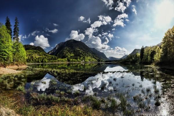 Nubes blancas sobre el agua y las montañas