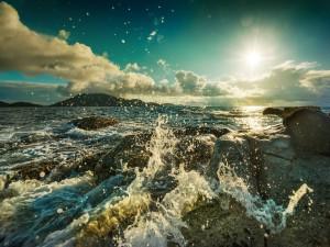 El agua del mar chocando con las piedras