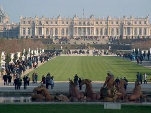Postal: Personas caminando por el parque de Versalles (Francia)