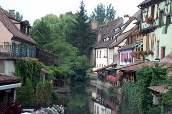 """El río Lauch a su paso por el barrio de """"La pequeña Venecia"""" en Colmar (Francia)"""