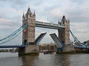Barco pasando bajo el inmenso Puente de la Torre (Londres)