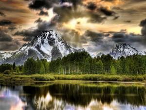 Nubes ocultando la cima de la montaña