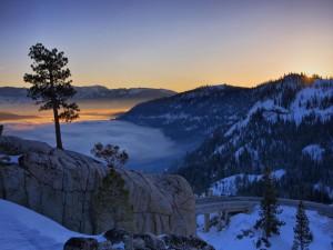 Un paisaje nevado al amanecer