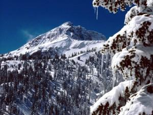 Un cielo azul sobre la montaña cubierta de nieve