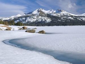 Lago helado cubierto de nieve