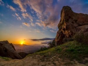 El brillo del sol tras la montaña