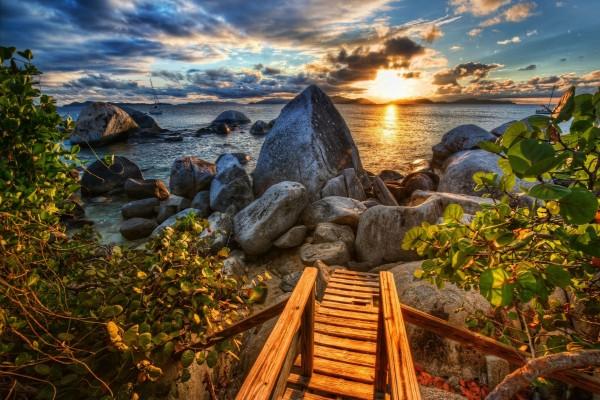 Admirando el mar y el atardecer desde la pasarela de madera