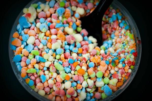Pequeños caramelos de colores en un vaso