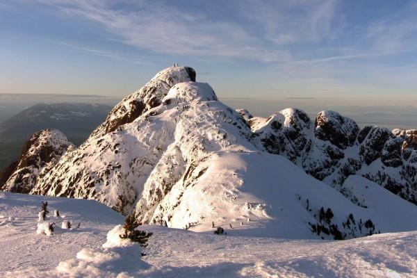 Blancas montañas cubiertas de nieve