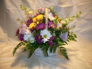 Cesta de mimbre con espléndidas margaritas, rosas y eustomas