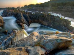 Agua recorriendo las rocas