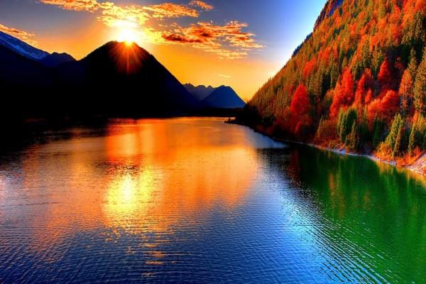 Bellos colores del atardecer sobre el río