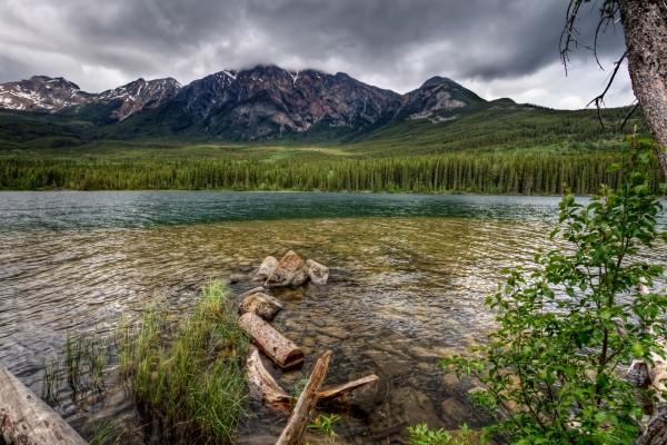 Nubes grises sobre las montañas y el río
