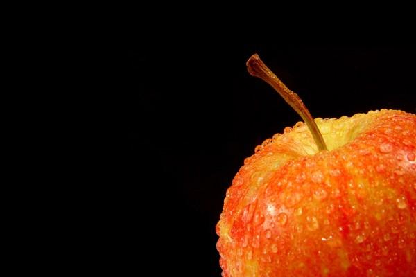 Gotas de agua sobre una manzana