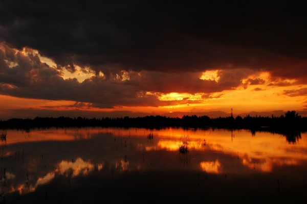 Nubes al anochecer en el lago