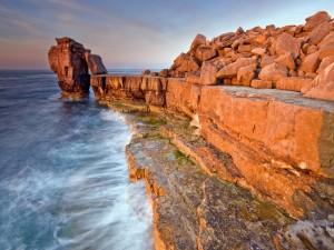 Postal: Grandes piedras apiladas junto al mar