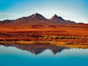 Postal: Paisaje montañoso anaranjado