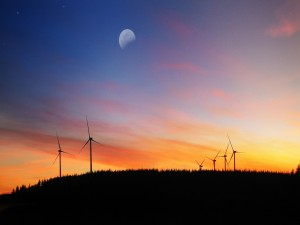 Postal: La luna sobre un parque eólico