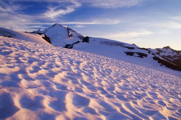 Caminando por la nieve hacia la montaña