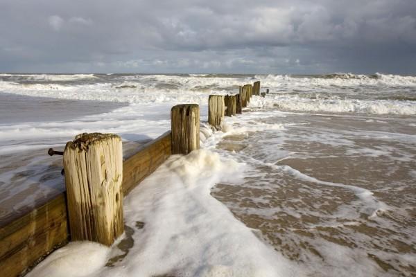 Las olas chocando contra los tablones de madera