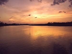 En la zona ancha del río al atardecer