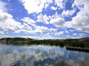 Postal: Un bonito cielo azul con nubes blancas