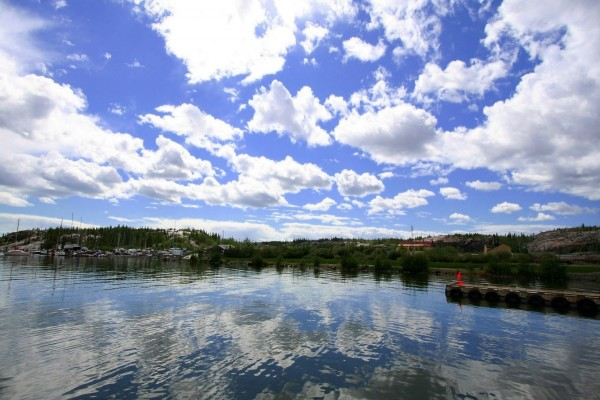Un bonito cielo azul con nubes blancas