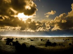 Potentes rayos del sol atravesando las nubes