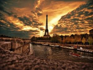 Postal: Atardecer sobre el río Sena y la Torre Eiffel
