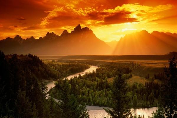 Un bonito río y montañas vistos al atardecer