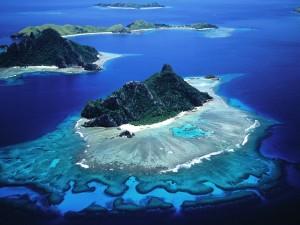 Vista aérea de varias islas en el océano