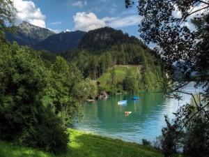Barcas y casas en un bonito lago