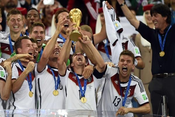 """La Selección Alemana levantando """"La Copa del Mundo Brasil 2014"""""""