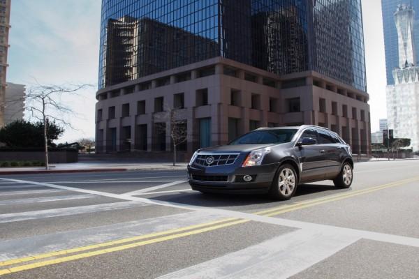 Un Cadillac SRX Luxury Crossover en la carretera