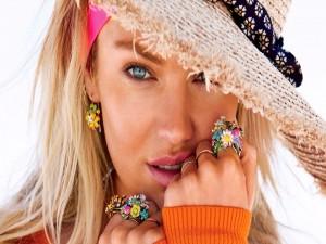 Hermosa mujer rubia con sombrero y anillos de flores