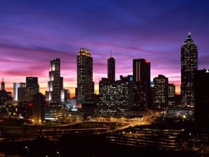 Edificios de una ciudad al anochecer