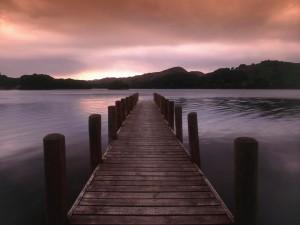 Postal: Un muelle de madera sobre el lago