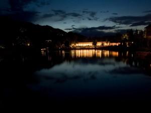 Luces reflejadas en el agua en una noche oscura