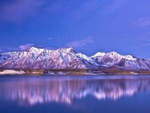 Postal: Montañas a orillas de un lago