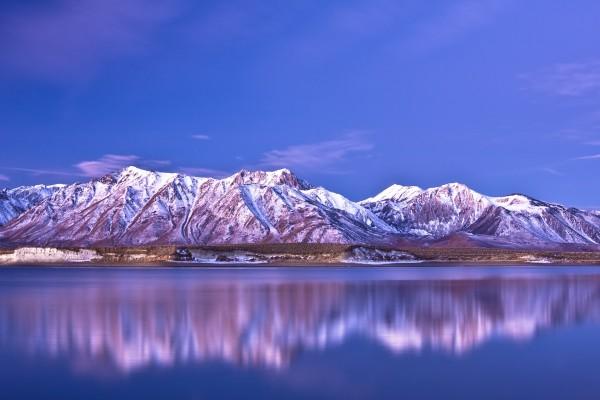 Montañas a orillas de un lago