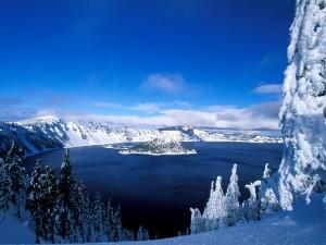 Nieve cubriendo el paisaje que rodea al lago