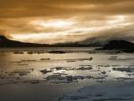 Nubes sobre el agua helada