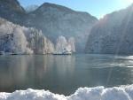 Isleta en el lago cubierta de nieve