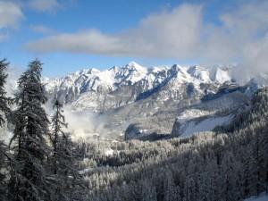 Nubes entre las montañas nevadas