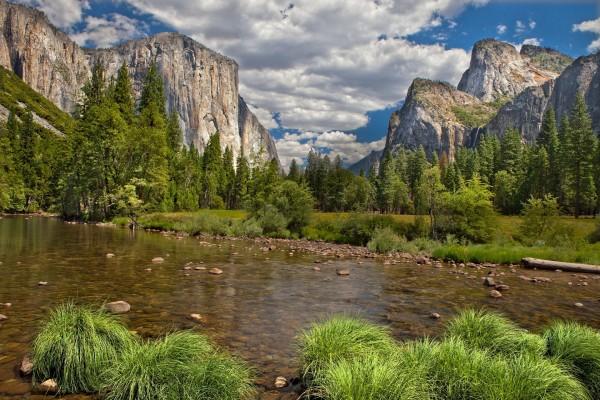 Un río con poco caudal en plena naturaleza