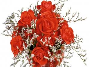 Un ramo de rosas con pequeñas flores de color blanco
