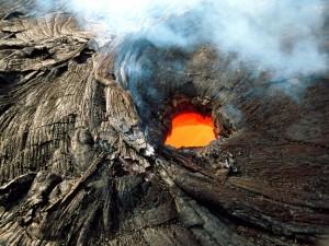 Postal: Vista aérea de un volcán