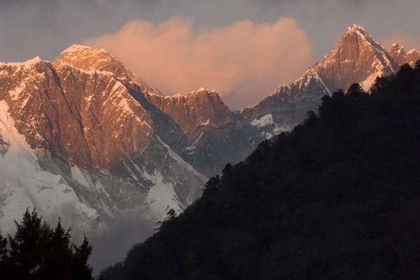 La luz del atardecer sobre las montañas