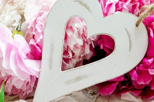 Un corazón blanco y bellas peonías