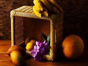Postal: Canasto con exquisitas frutas y flores